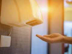 Nên sử dụng máy sấy hay khăn giấy sau khi rửa tay ở nhà vệ sinh?