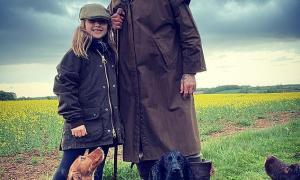 David Beckham hóa cao bồi, vui vẻ cùng con gái dắt thú cưng đi dạo