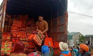 """Hướng về """"khúc ruột"""" miền Trung, Doanh nhân Đặng Thiên Hương trực tiếp tham gia cứu trợ đồng bào lũ lụt."""