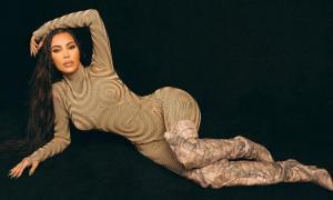 Kim Kardashian diện jumpsuit cắt khoét