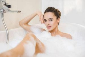 Tại sao mọi người hay buồn đi tiểu trước khi tắm? Có gì đáng lo không