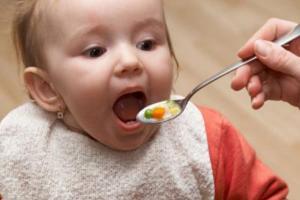 Chan canh vào cơm cho bé ăn, nhiều cha mẹ đang tự hại con mình!